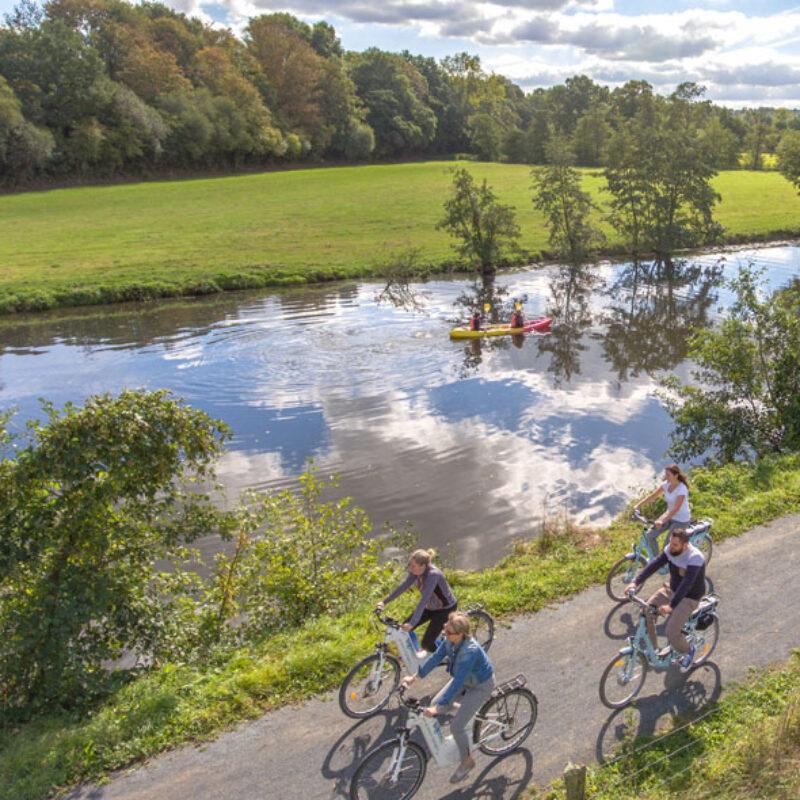 Vélos en bord de Vire sur le chemin de halage